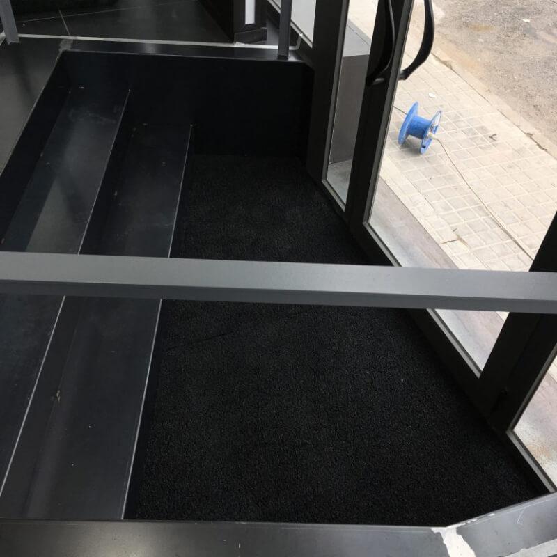 Felpudo de rizos de vinilo de 14 mm en negro en DecoStands